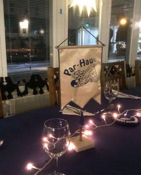Vuosijuhlien pöytää katetaan